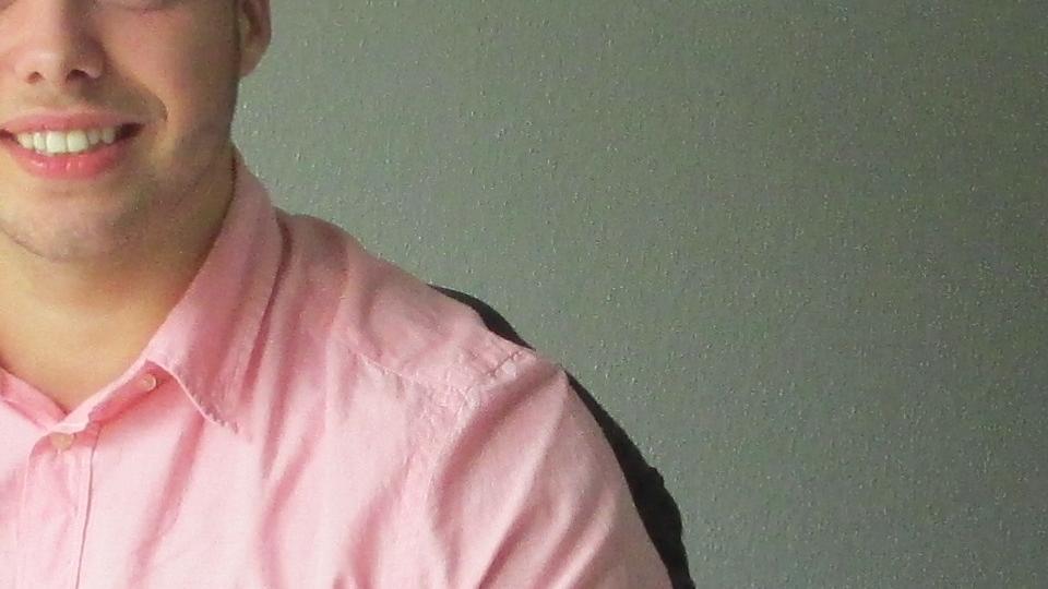 Jugendlicher am Schreibtisch auf seinem Zimmer in der LFSch