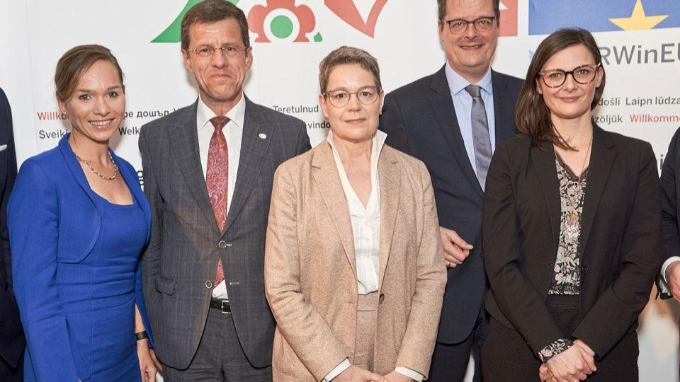 Gruppenfoto: Finanzminister Lienenkämper und Eckhard Forst mit allen Podiumsteilnehmern.