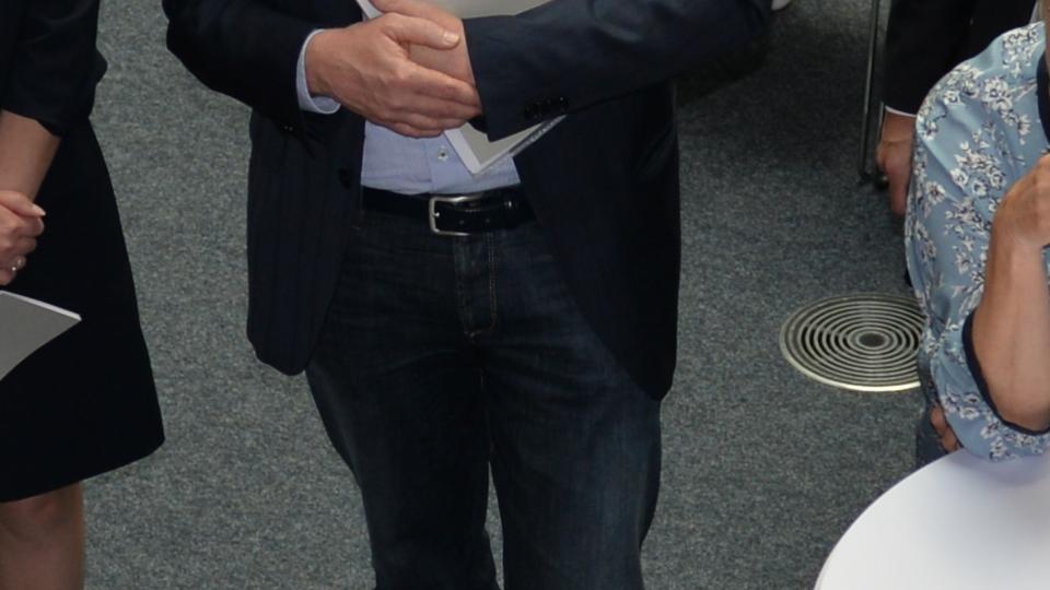 Gruppe von Teilnehmer diskutiert an einem der Projekttische.