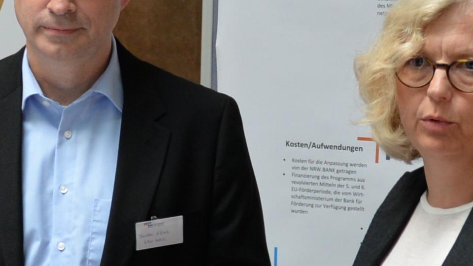 Blick auf die Teilnehmerinnen und Teilnehmer einer Diskussionsrunde.