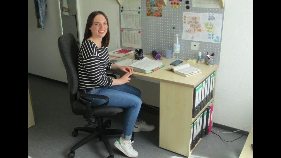 Zimmer in der LFSch_ brünettes Mädchen sitzt am Schreibtisch