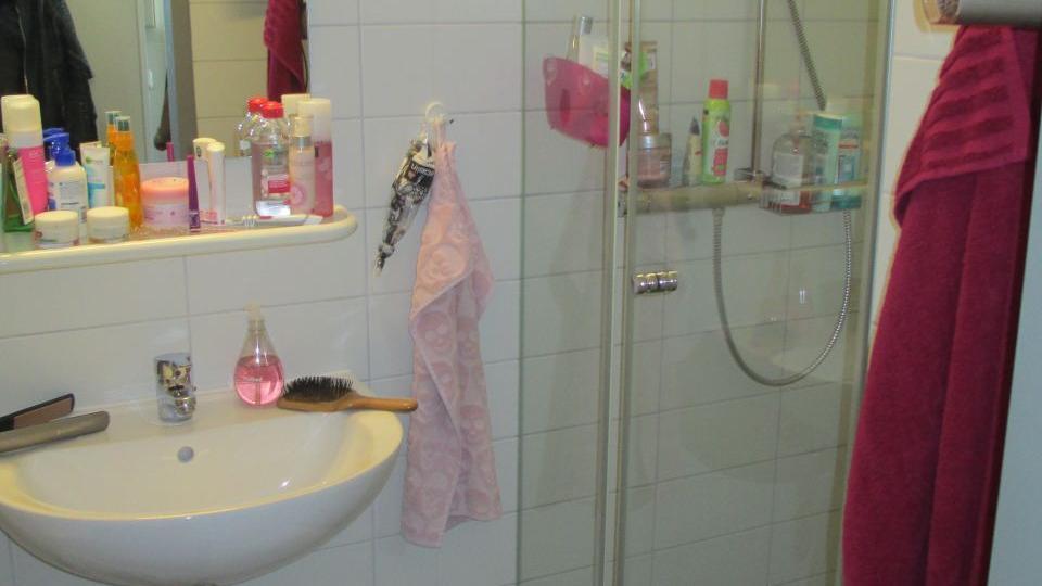 Badezimmer in der Landesfinanzschule_ Blick auf Dusche und Waschbecken