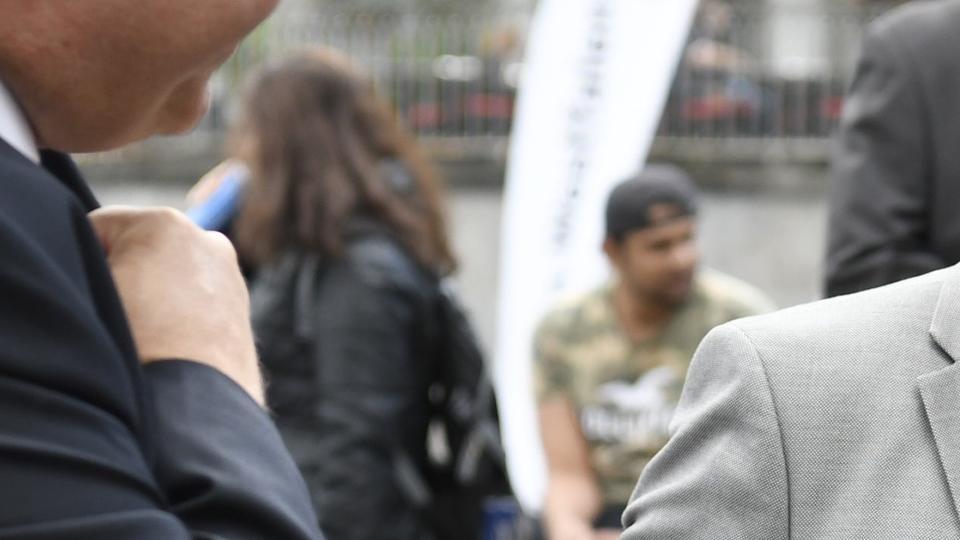 Staatssekretär Dr. Patrick Opdenhövel begrüßt Ministerpräsident Armin Laschet am Stand des Ministeriums der Finanzen
