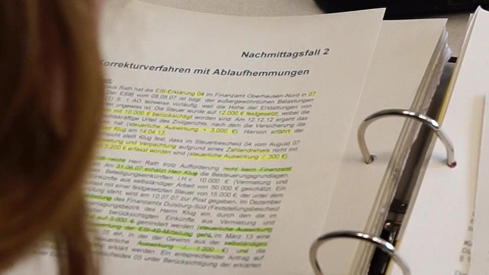 Schülerin schaut in ihre Aufzeichnungen