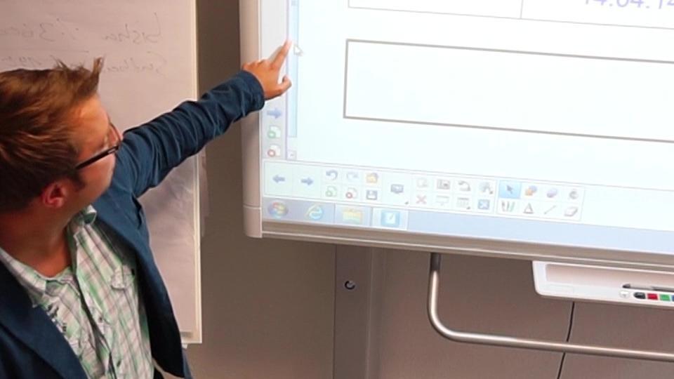 Dozent erläutert Informationen, die an der Tafel stehen